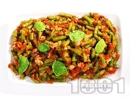 Салата от замразен зелен фасул (зелен боб), лук, чесън, домати от консерва или буркан и маслини